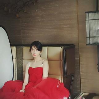 """「少女時代」ユナ、グラビアビハインドカット公開!""""魅惑的な真っ赤なドレス"""""""