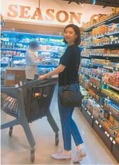 パク・スジン・・・マートで買い物する姿すらグラビア級!ラフな格好でも際立つ美貌にくぎ付け。