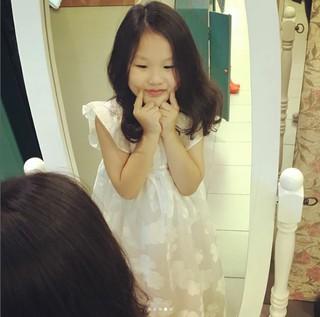 オム・テウン娘ジオンちゃん・・・お姫様ドレスを身にまとった近況姿!満足そうな微笑み^^