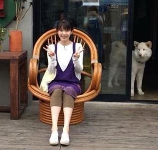 両手でピース!歌手イ・ヒョリの済州島民宿でアルバイト中のIUをキャッチIU アルバ中