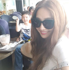 女優ハン・チェヨン・・・息子と一緒の気分のいい月曜日!幸せな日常を公開。