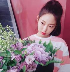 "「AOA」ソリョンが""花よりも美しい""姿を公開♪"
