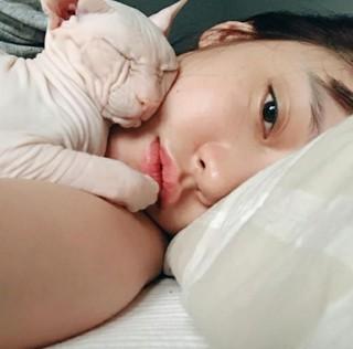 「KARA」出身ク・ハラ、ベッドに横になってのセルカを披露でドキッ!