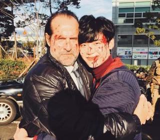 イ・ジョンソク、撮影現場での血まれになって奮闘する姿!