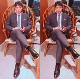 凛々しいヨ・ジング、 男性美あふれるスーツ姿でポーズ!