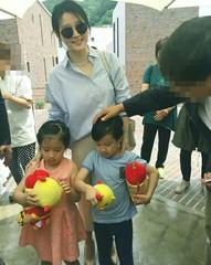 女優イ・ヨンエ、双子の子どもたちとの幸せな日常写真を公開!