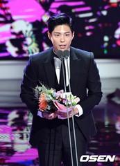 俳優パク・ボゴム、韓流ドラマ賞男子演技者賞を受賞!多言語で感謝の思いを伝える♪