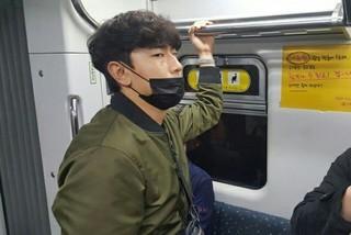 俳優イ・シオンがとってもラフに地下鉄移動をする姿がキャッチされる!?