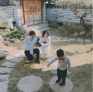 歌手チョ・ソンモ、2歳を迎えた愛息との幸せな家族写真を公開する♪