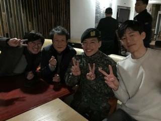 逞しく軍服務中カン・ハヌル・・・映画「記憶の夜」出演陣との面会に笑顔を見せる。
