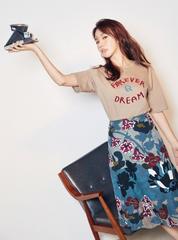 キム・アジュン、カジュアルな夏Tシャツコーデでグラビア披露!