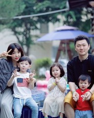 歌手兼俳優のヤン・ドングン、絵に描いたような幸せな家族写真を公開!