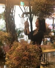 女優ハン・チェア、花に囲まれて妊娠8か月のDラインを見せる♪