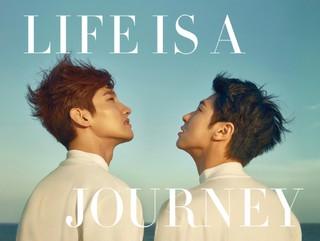 「東方神起」の写真集「LIFE IS A JOURNEY」が31日発売!!
