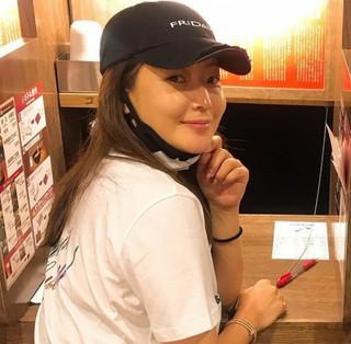 """女優キム・ヒソンが日本旅行!""""読書室""""のようなラーメンやさんでパチリ♪"""